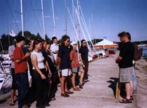 Apel poranny na szkoleniu żeglarskim